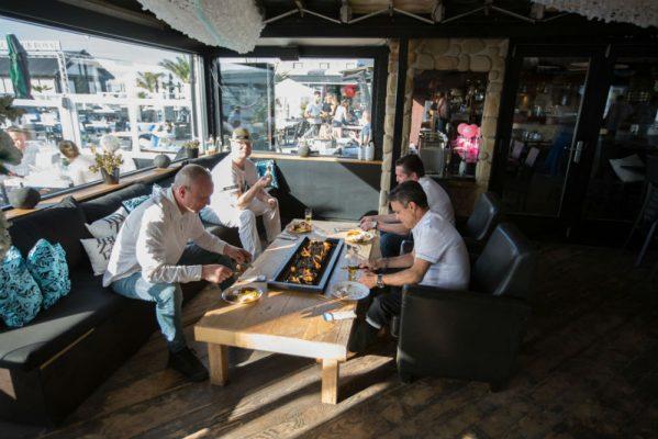 Kom heerlijk lunchen en/of dineren bij Beachclub Royal aan het strand van Hoek van Holland.